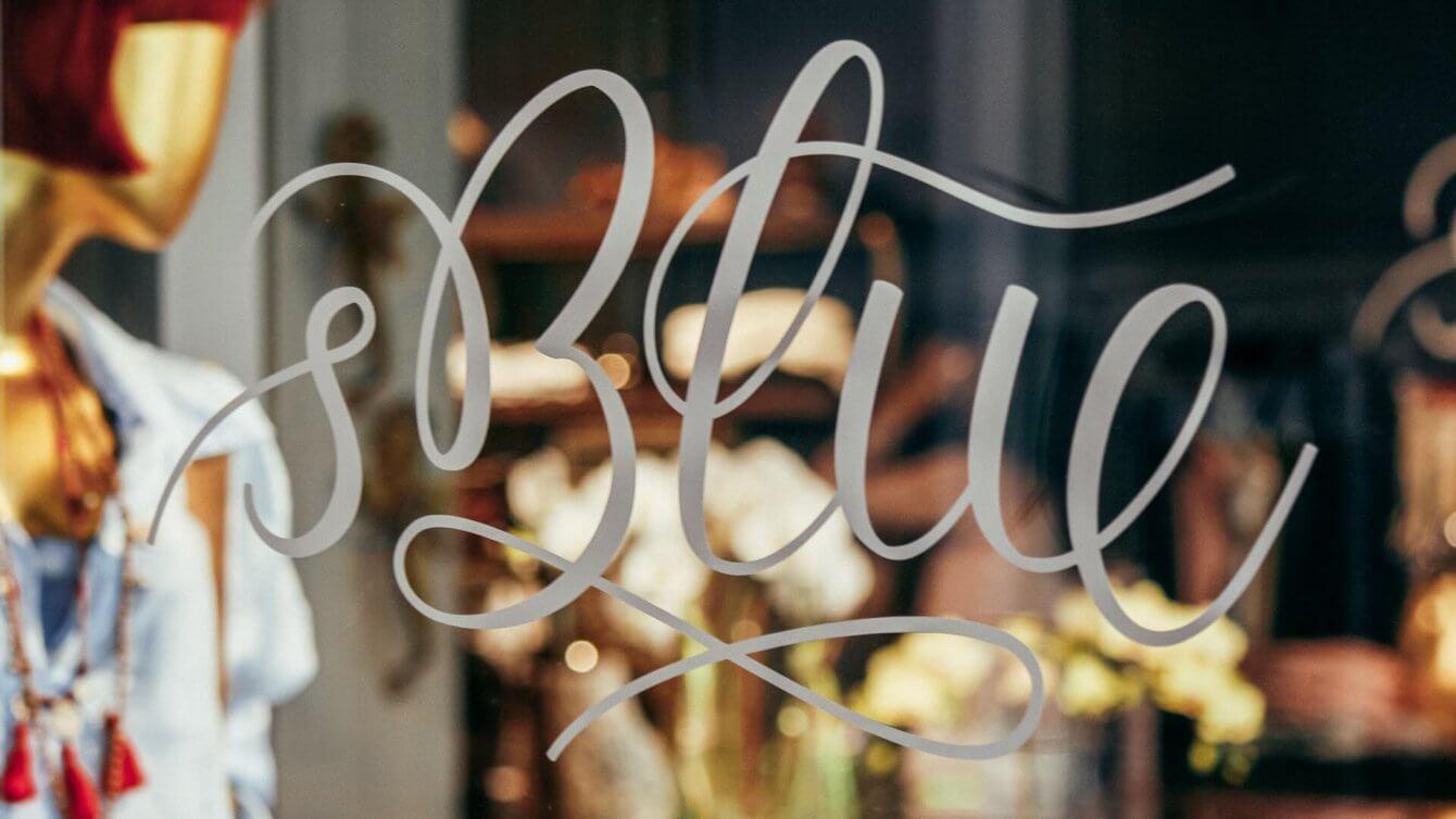 's Blue Logotype in Silberfolie als Schaufensterbeklebung