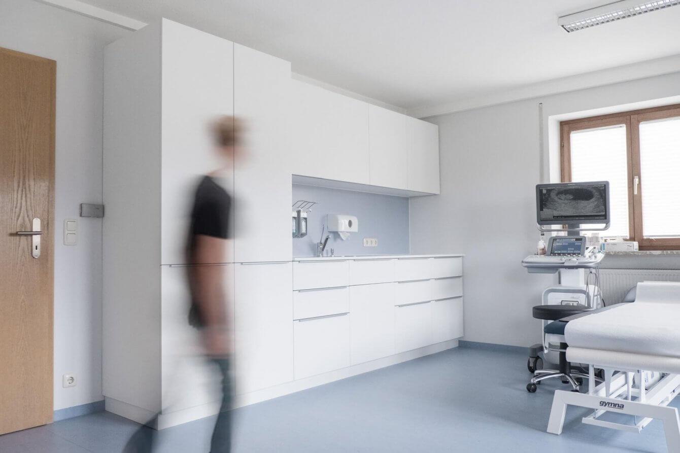 Behandlungszimmer Möbelgestaltung und Innenarchitektur für Praxis Dr. Neukirch