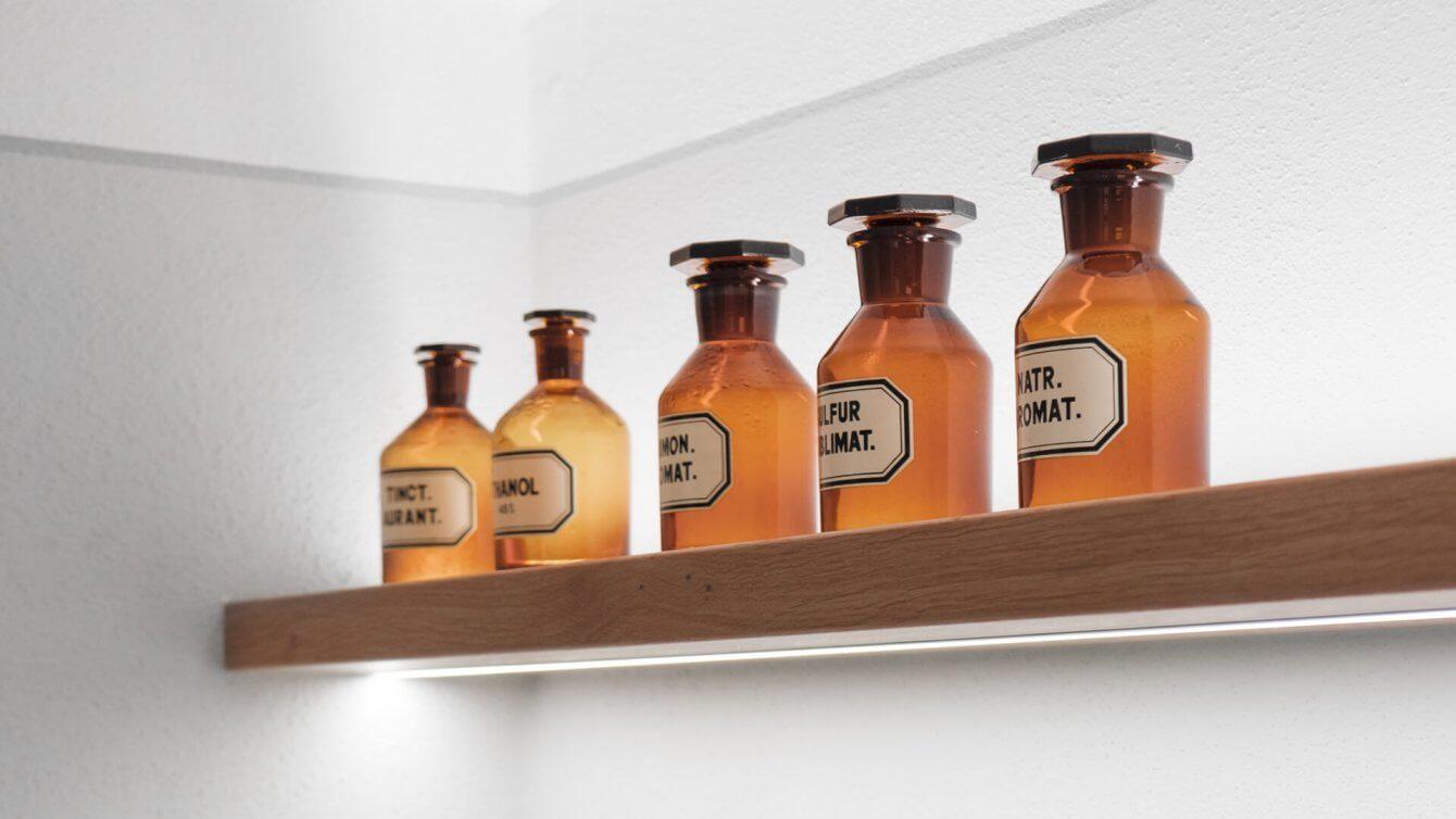 Detail Alte Medizinflaschen Praxis Dr. Neukirch