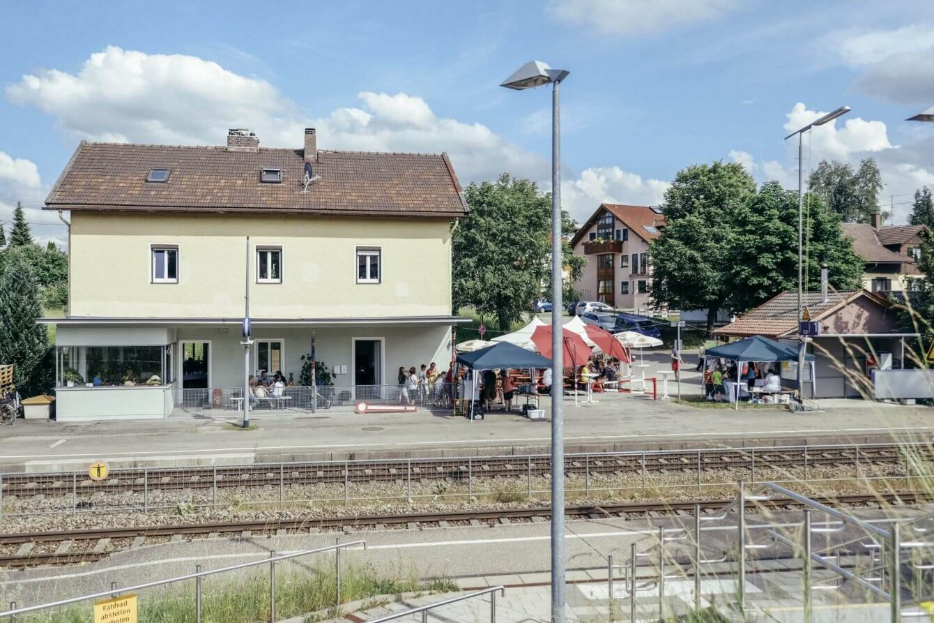 Im Bahnhof, die IG OMa