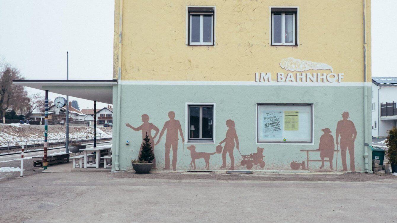 Fassadenbeschriftung für den Bahnhof