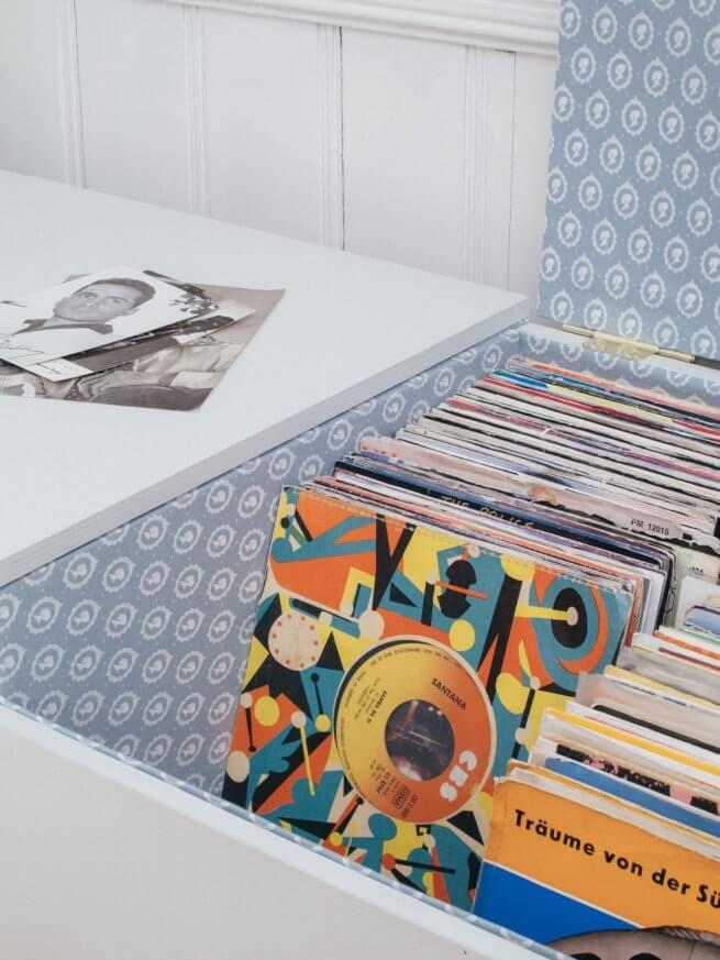 Vier Truhen mit Textilauskleidung für etwa 400 CDs oder Singles