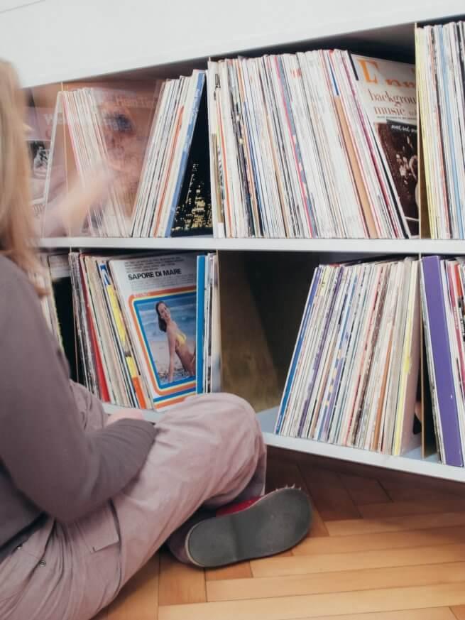 Kommode Hanne besteht aus zwei Regalböden mit sechs senkrechten Messingplatten für über 1.000 LPs.