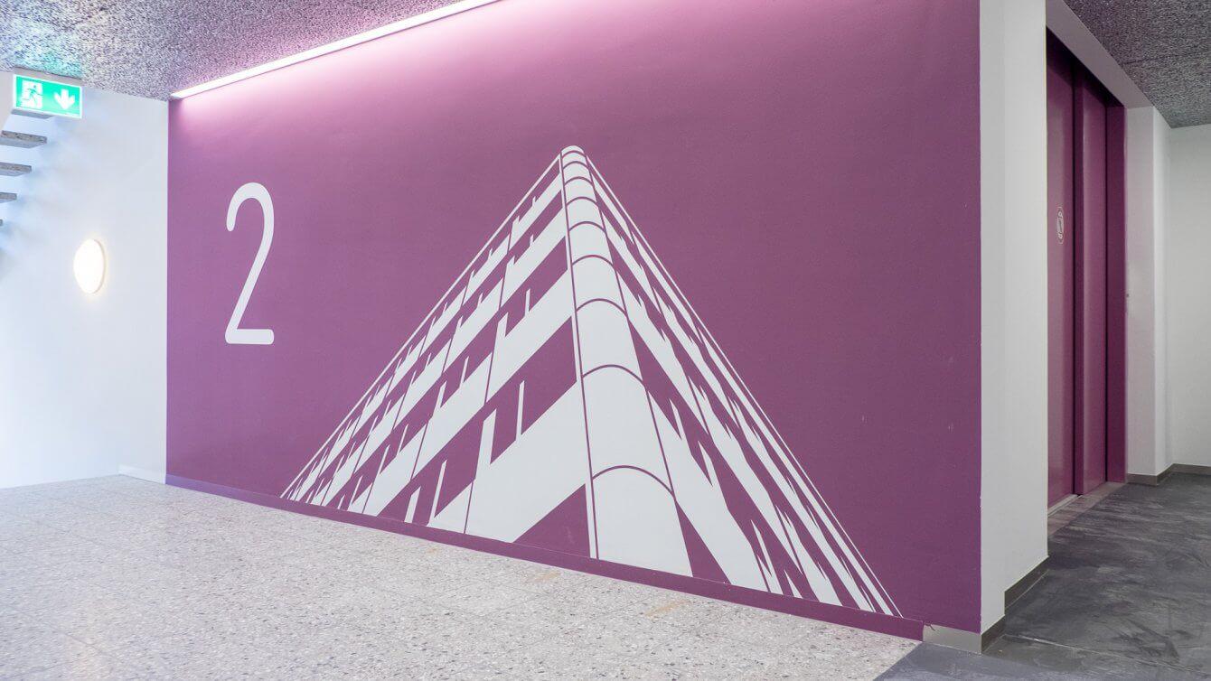 qubus29 schablonierte Grafiken in jedem Stockwerk