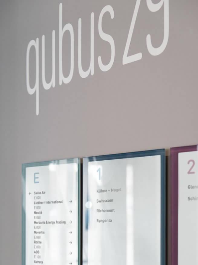 qubus29 Eingangsnische mit Leitsystem, Logo und Wechselrahmenschilder