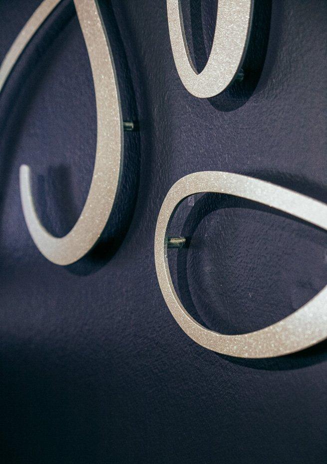 's Blue Logodetail gelaserte Metalltypo